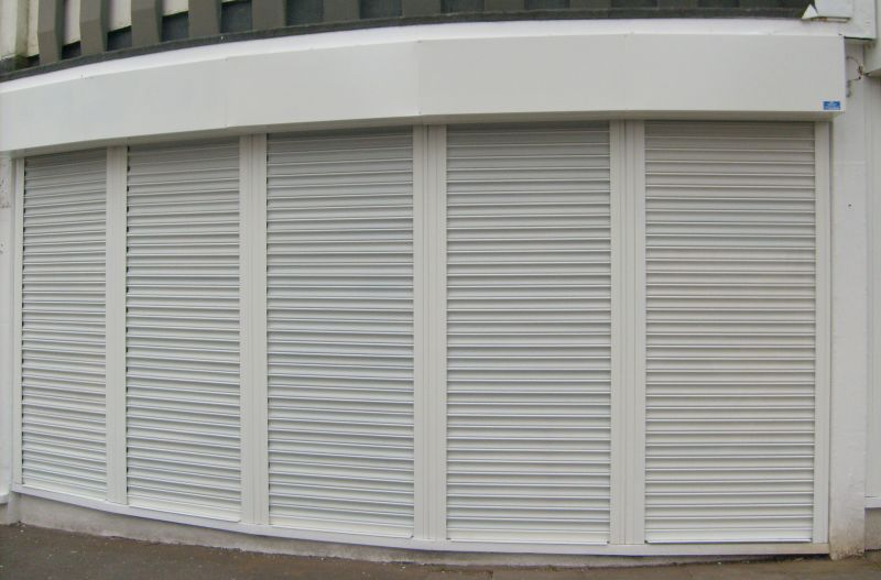 Roller shutters in a curved arrangement